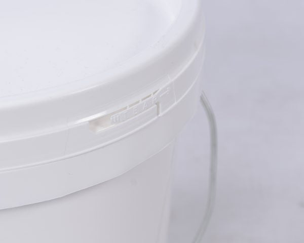 The pull tab of the tamperproof seal on the 8kg and 16kg pails of boric acid